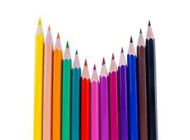 kleurpotloden met kromme lay-out geïsoleerd op een witte achtergrond foto