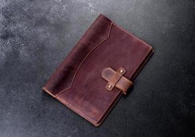 mooie leren bruine hoes gemaakt van leer ontworpen voor een notebook foto