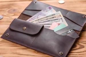 mooie leren bruine portemonnee gemaakt van leer om papiergeld in te bewaren foto