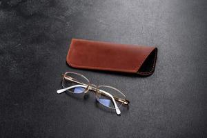 mooi bruin etui van leer ontworpen om een bril in op te bergen foto