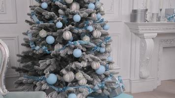 blauwe en zilveren kerstversiering foto