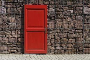 rode deur met 2 panelen op zwart metalen schakelbord foto