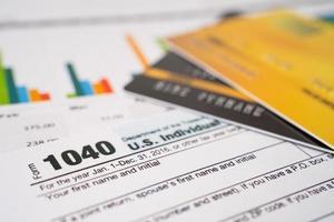 belastingaangifteformulier 1040 en dollarbiljet foto