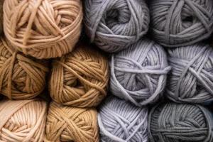 de textuur van veelkleurige donzige wollen draden om te breien. foto