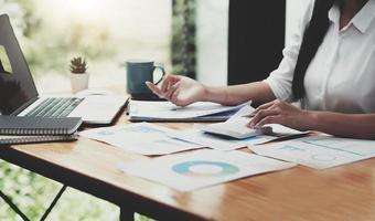 zakenvrouw die in financiën en boekhouding werkt, analyseert financiële foto