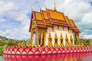 kleurrijke architectuur, meer en standbeelden bij wat plai laem-tempel op het eiland van koh samui, thailand foto