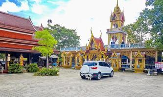 kleurrijke architectuur bij wat plai laem-tempel op het eiland van koh samui, thailand, 2018 foto