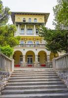 geel residentieel appartementenhotelgebouw in novi vinodolski, kroatië foto
