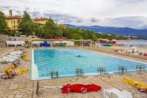 zwembad aan het strand en boulevard in novi vinodolski, kroatië foto