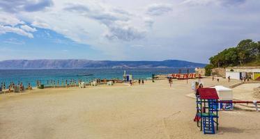 prachtig zand en rotsachtig strand en promenade novi vinodolski kroatië. foto