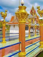 kleurrijke architectuur en standbeelden bij wat plai laem-tempel op het eiland van koh samui, surat thani, thailand foto