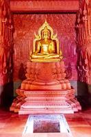 gouden boeddha in wat sila ngu, de rode tempel, op koh samui, thailand foto