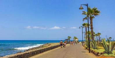mensen aan de Atlantische Oceaan in Tenerife, op de Canarische Eilanden foto