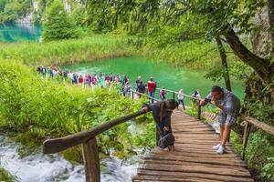 voetgangersbrug in nationaal park plitvicemeren, kroatië foto