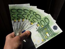 hand met eurobiljetten, europese unie foto