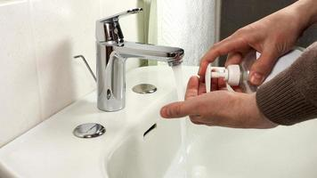 onherkenbare man handen wassen foto