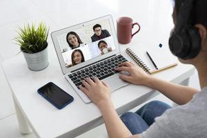 zakenvrouw die vanuit huis werkt door videoconferentie te gebruiken foto