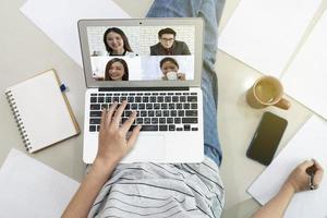 vrouw die thuis werkt door videogesprekken met klanten te gebruiken foto