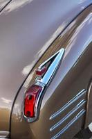 achterlicht van glanzende klassieke auto foto