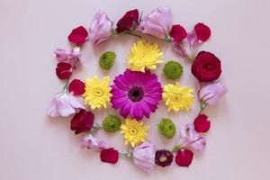 plat leggen prachtige bloemen compositie foto