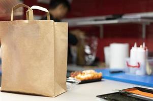 man bereidt sushi bestelling afhaalmaaltijden foto