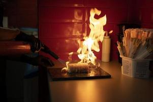 mannelijke chef-kok bereidt sushi bestelling afhaalmaaltijden foto