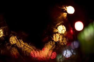 de wazige nightlights nacht uitzicht op de stad foto