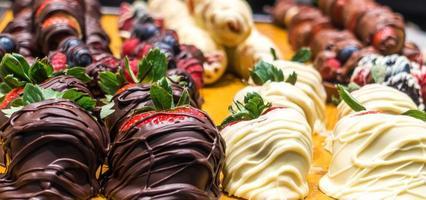 met chocolade omhulde aardbeien te zien in de winkel foto