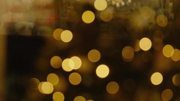 glinsterende abstracte gekleurde cirkels intreepupil kerstverlichting video. wazige lichtjes. onscherp vakantie achtergrond kerstboom. lichte bokeh van kerstboom. foto