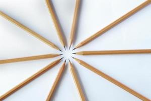 groep houten potlood geïsoleerd op een witte achtergrond. foto