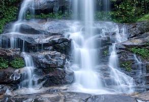 water stroomt bij een prachtige waterval foto