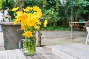gele bloemendecoratie op eettafel foto