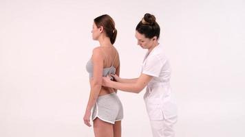 jonge vrouw blijft en krijgt massage bij beauty spa salon. rugmassage, massage voor de gezondheid. foto