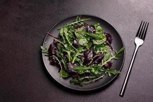 gezonde voeding, salademix met rucola, spinazie, stierenbloed foto