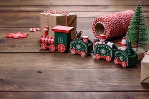 kerstelementen van decoraties voor het versieren van de nieuwjaarsboom foto