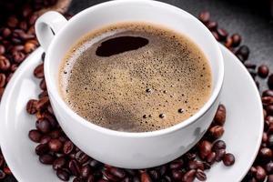 een kopje fris geurende ochtendkoffie voor een vrolijk begin van de dag foto
