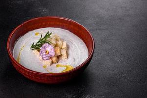heerlijke mooie champignonsoep in een bruin bord met een houten lepel foto