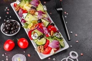 gezonde salade met cherrytomaatjes, biologische olijven foto