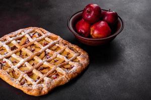 heerlijke verse taart gebakken met appel, peren en bessen foto