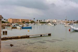 formentera, spanje 2021- boten in de haven van la savina in formentera foto