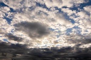 donkere wolk verzamelde zich en vormde regen in thailand foto