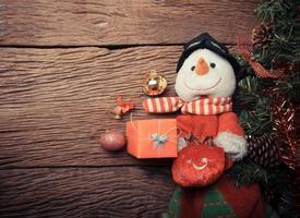 sneeuwpop op kerstboom foto