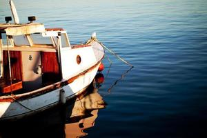 een vissersboot en zuiver zeewater foto
