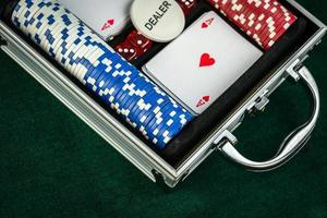 gokken met rode dobbelstenen pokerkaarten en munten foto