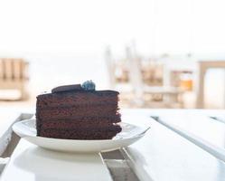 chocolade fudge cake in café foto