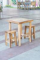 lege houten tafel en stoel in restaurant foto