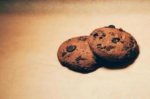 koekjes met chocoladeschilfers op effen achtergrond foto