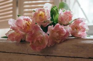 een zacht gefocust boeket bloemen op een vensterbank foto