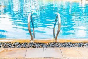 zwembad met zwembadtrap foto