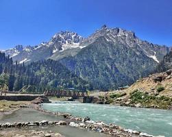 Sindh-rivier in Sonamarg Kasjmir met bergen op de achtergrond foto